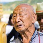Un Ancien En Pleine Prière Autour Du Rouleau Du Temple De Shangri-La