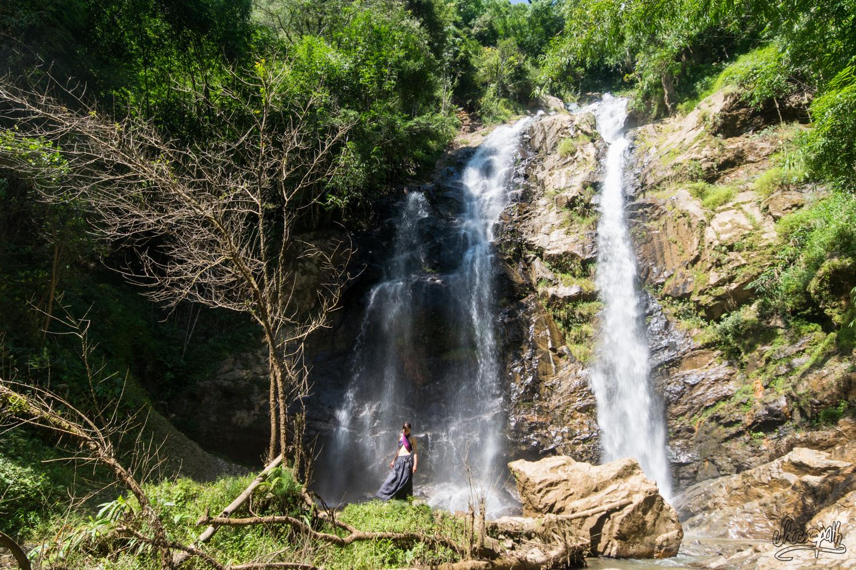 Aux pieds de la cascade de Bai Zhang Ga