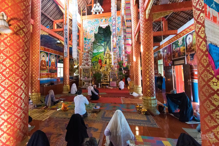Dans un temple quelque part avant Bulangshan. Les pélerins se couvrent d'un drap pour prier