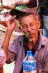 Au Marché De Xiding, Un Ancien Déjà Bien Amoché Par Le Baijiu