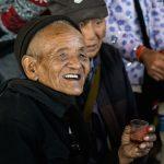 Au Marché De Xiding, Un Ancien Trinque à 8h30 Du Mat Au Baijiu
