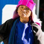 Une Vieille Vendeuse Akka Au Marché De Xiding