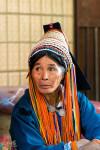 Une Akka, Avec Sa Coiffe Traditionnelle. En Pleine Négociation Au Marché De Xiding