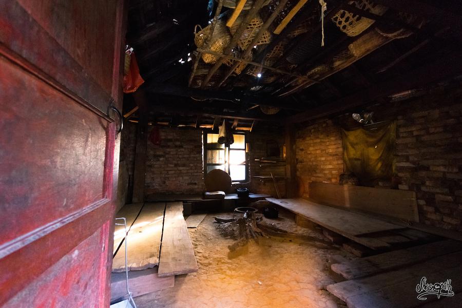 Intérieur d'une petite maison en brique...