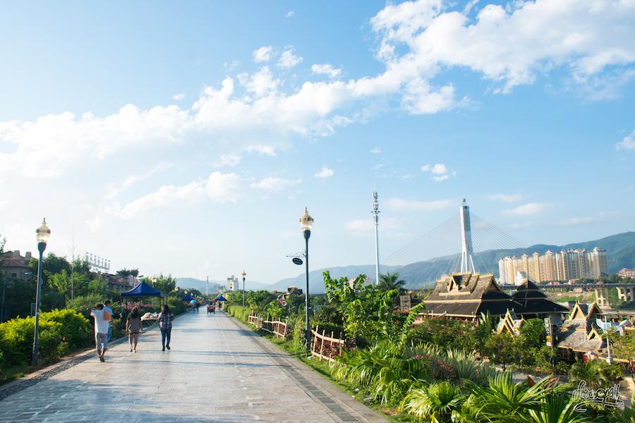 Balade le long du Mékong à Jinghong, en plein quartier des bars, entre pont moderne, mégablocs d'immeubles et toits asiatiques