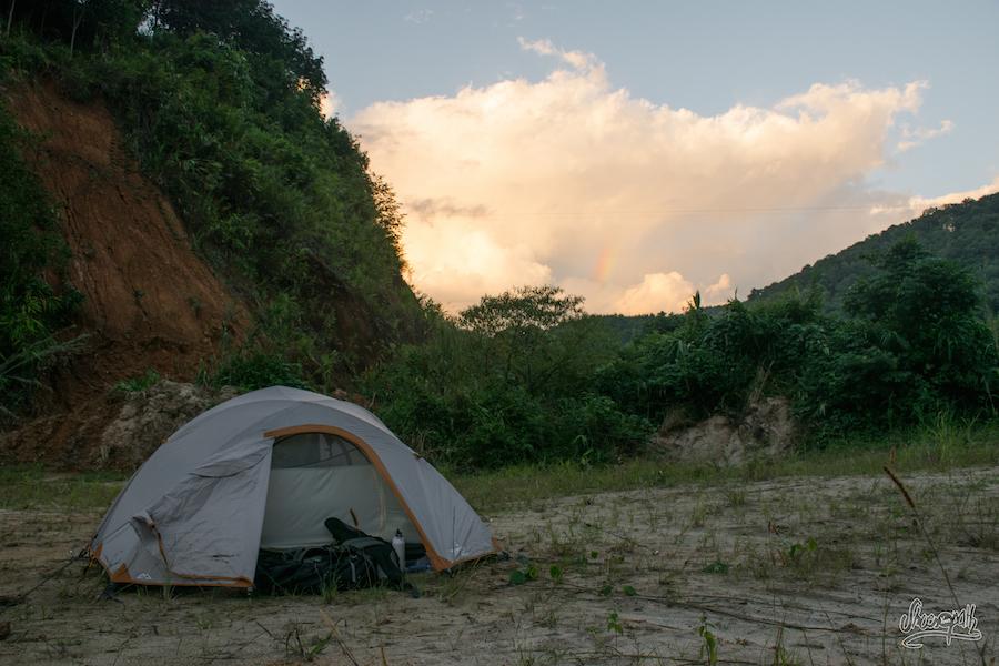 Terrain De Camping Sur Coucher De Soleil