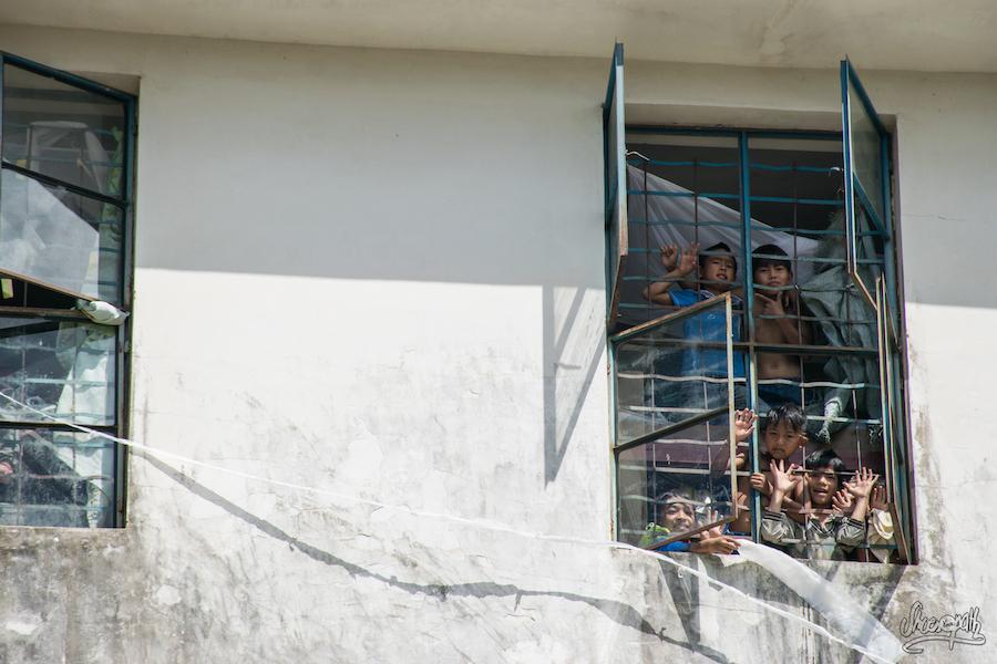 Les enfants se font une joie de nous faire signe depuis les fenêtres de l'école à Xiding