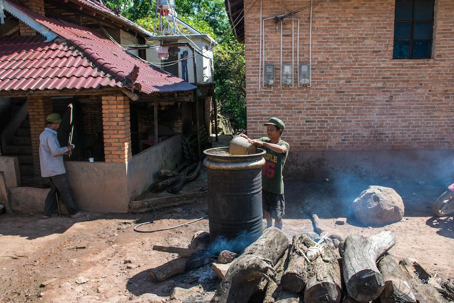 Fabrication de Baijiu pour le village à Man Wa