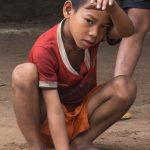 Le Petit Joueur De Billes Dans La Cours De L'école