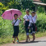 3 Gamines Rentrant De L'école Le Long De La Route