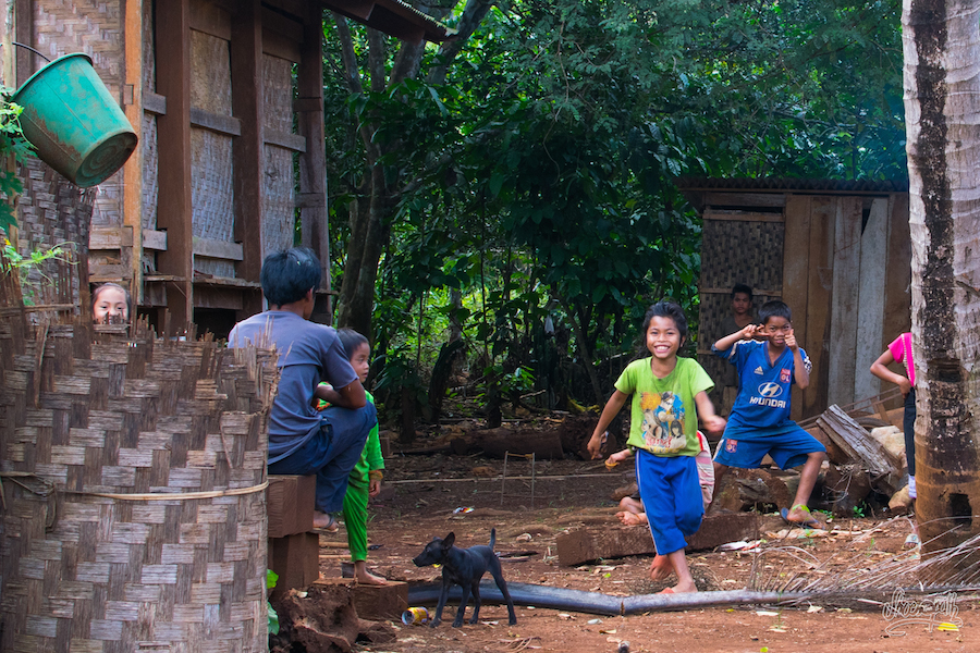 La vie au village : c'est dimanche, les enfants jouent