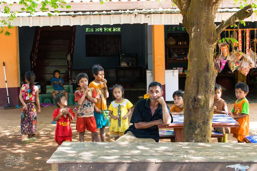La Ribambelle D'enfants Qui Nous Suivent... Ici Sous L'oeil Amusé Du Grand-père Qui En Profite Pour Nous Regarder Aussi
