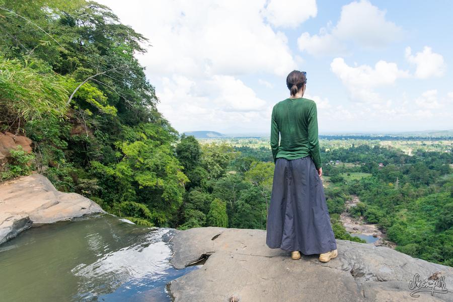 Mariette en pleine contemplation du plateau des Bolavens
