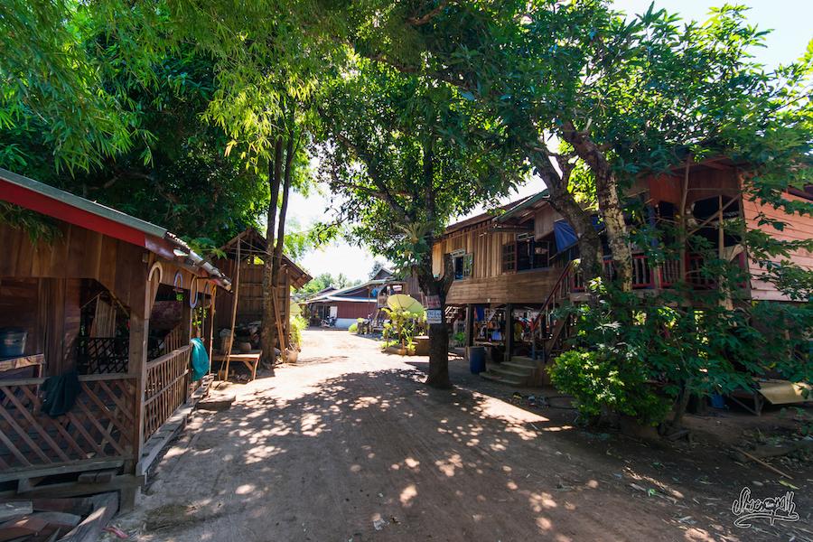 Village De Pêcheurs Typique Du Long Du Mékong Laotien