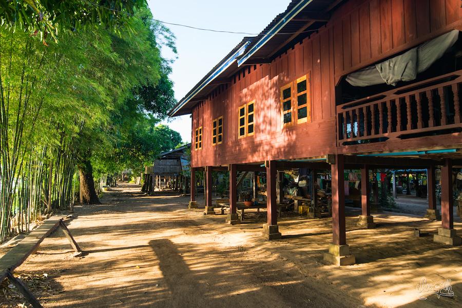 Jolie Maison De Pêcheur Le Long Du Mékong