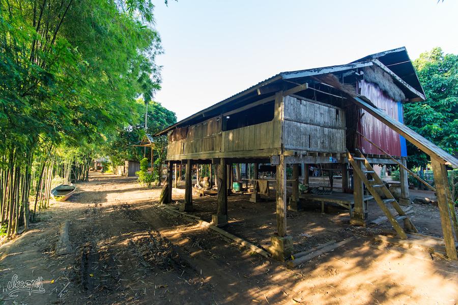 Jolie Maison De Pêcheur Le Long Du Mékong, Mais Moins Riche Que Son Voisin... :-)