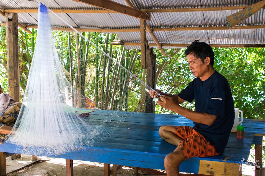 Un Pêcheur Des 4000 îles Réparant Son Filet