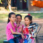 3 Des Petites Gamines Venues Nous Observer Durant Notre Nuit Au Temple Entre Paklay Et Vientiane