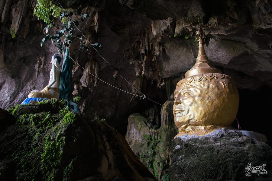 A l'entrée de Saddar Cave, une grosse tête taillée dans un réplica du Golden Rock