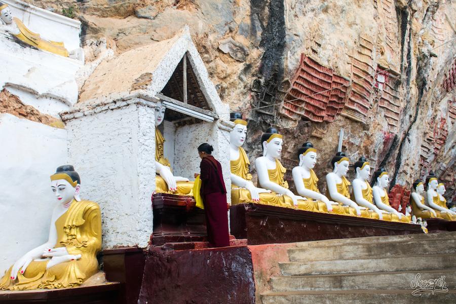 A L'entrée De Kaw Goon Cave, Une Femme Fait Des Offrandes
