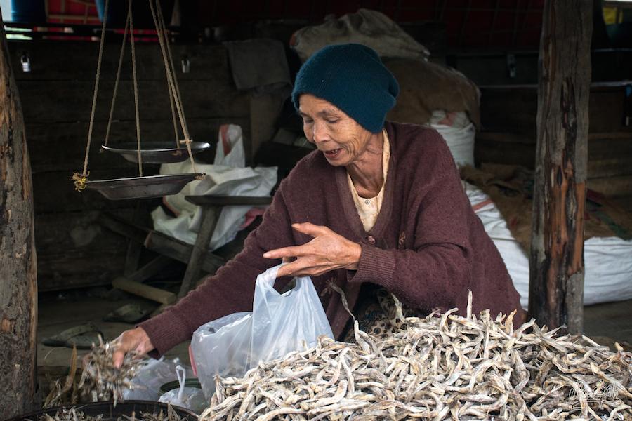 Vendeuse de poissons séchés au marché de Mrauk U