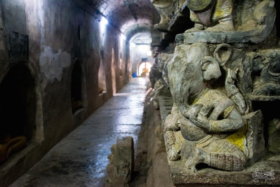 Dans les galeries des temples de Mrauk U