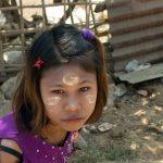 Jeune Fille Dans Un Petit Village à Proximité De Mrauk U