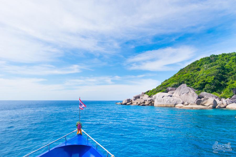 Petite pause sur le sun deck entre deux plongée aux abords d'une des îles des Similan Islands