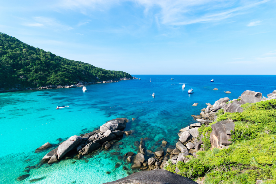 Etape à terre sur l'une des plus belles plages des Similan Islands. Pas mal non ?