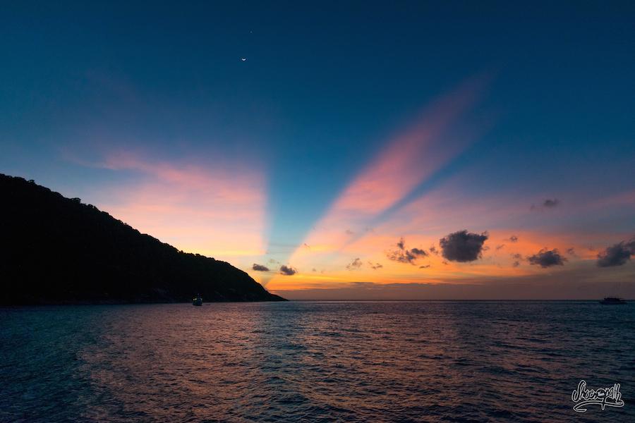 Lever De Soleil Sur Les Similan Islands, 5mn Avant Notre Première Plongée.