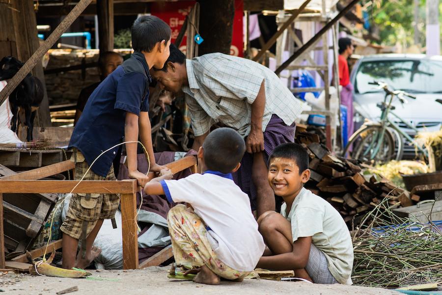 Des frangins dans les rues de Hpa An jouant avec des morceaux de palmier