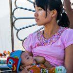 Une Jeune Mère Alaite Son Enfant En Attendant Le Coucher De Soleil