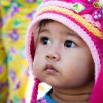 Une Petite Fille Qui Tenait à Peine Debout