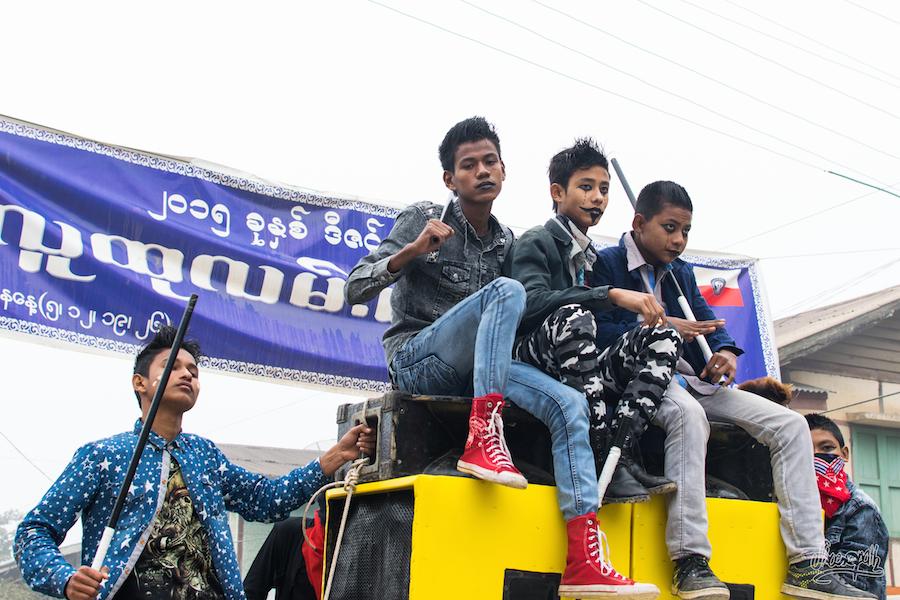 Un gang de jeunes durant la fête à Mrauk U