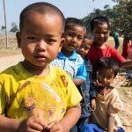 Groupe de petits loustiques intrigués par notre présence dans leur village (très pauvre) à proximité de Mrauk U
