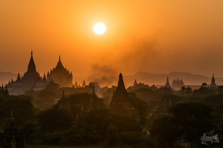Coucher de soleil enflammé sur les pagodes Bagan