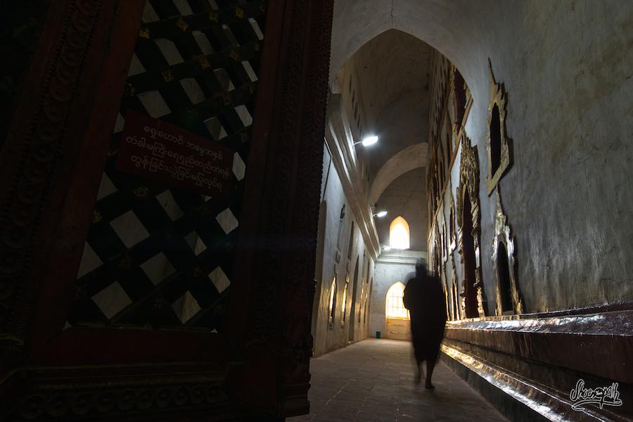 Un Des Moines Du Monastère, Marchant Dans La Fraicheur Des Couloirs
