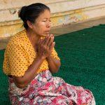Une Petite Marchande Ayant Laissé Son Barda Le Temps D'une Prière