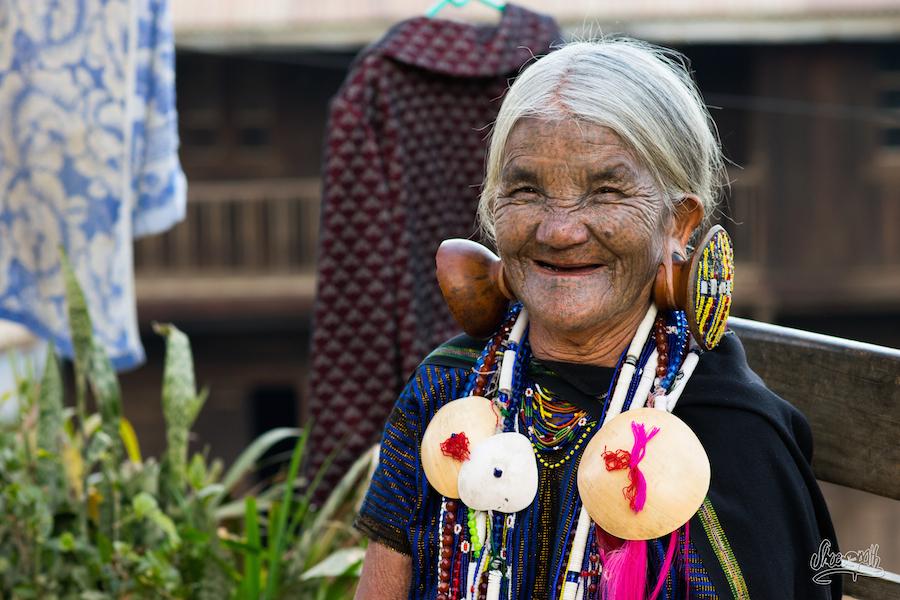 Daw Yaw Hting, 88 ans, l'une des dernières femmes au visage tatoué à jouer de la flûte avec son nez !