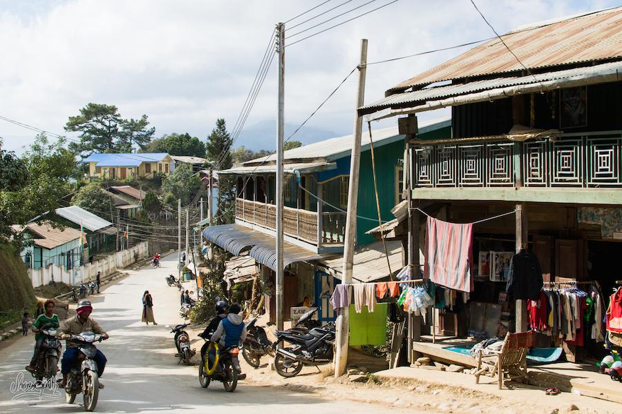 La rue principale de Mindat