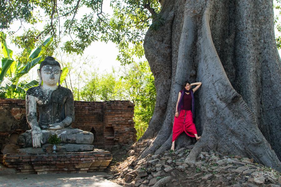Mariette en mode pin up aux côté d'un Bouddha paisible