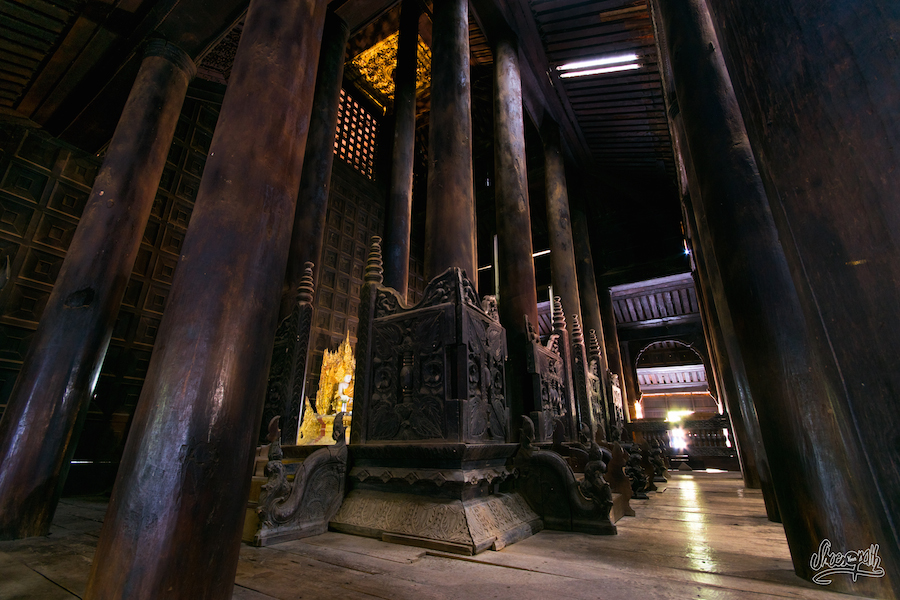 Dans le monastère en teck de Bagaya à Inwa