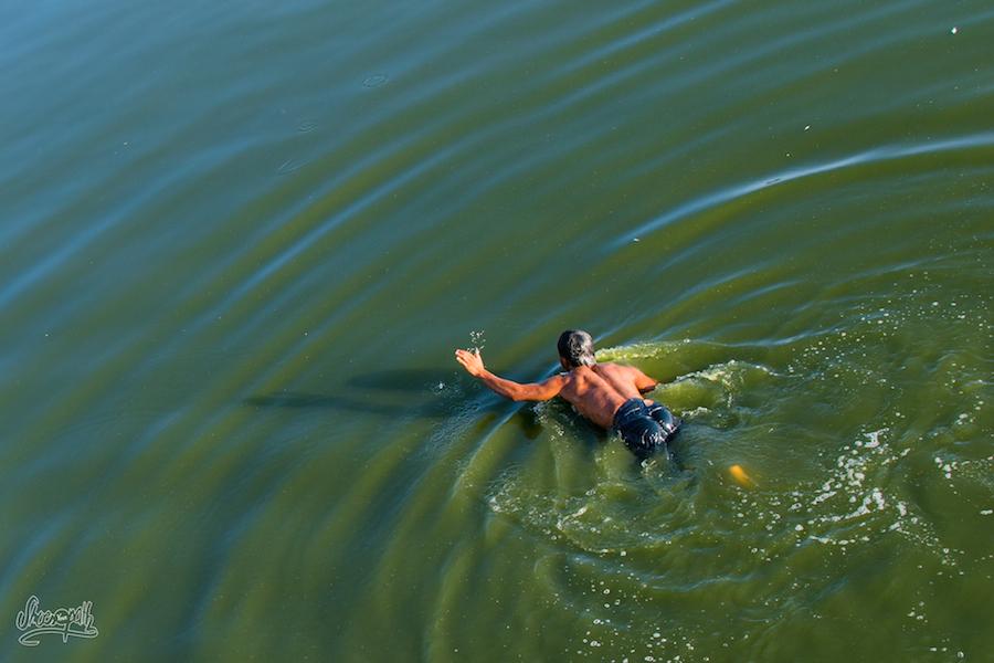Les petits pêcheurs d'U Bein, ils sautent dans l'eau claquant la surface de leur main pour étourdir les poissons