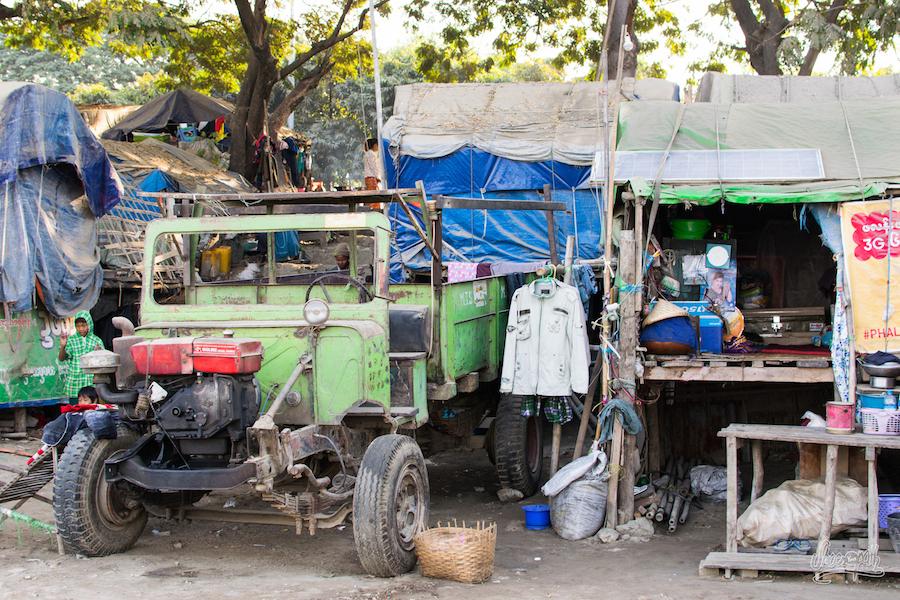 Une Famille Complète Vit Dans Cet Habitat De Fortune Sur Les Docks De Mandalay
