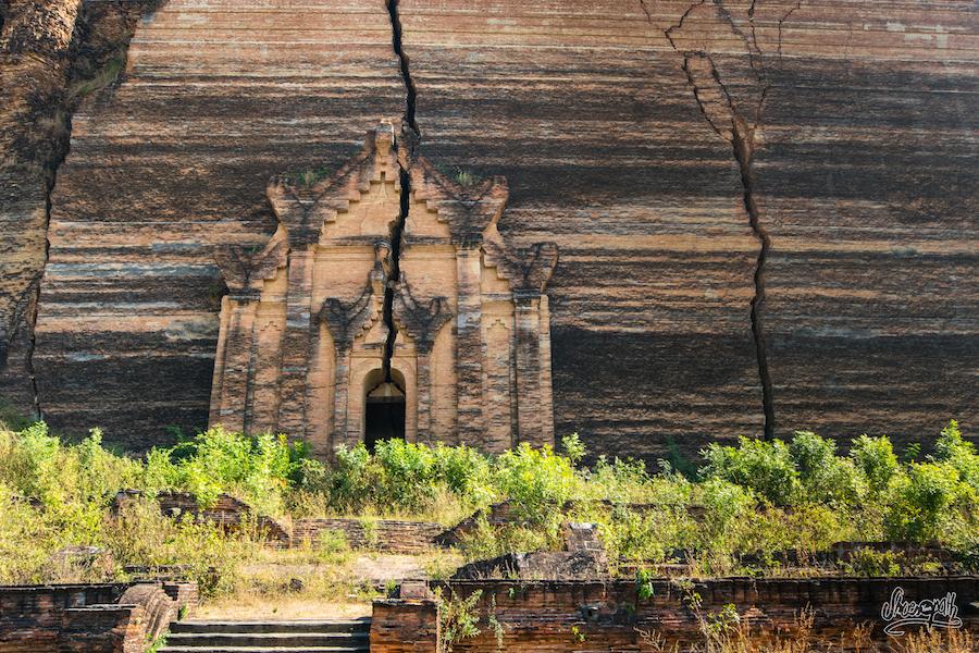 """La face """"caché"""" de la pagode de Mingun. Merci au grand gouru de la photo Mr Steve McCurry qui nous a inspiré pour cette photo"""