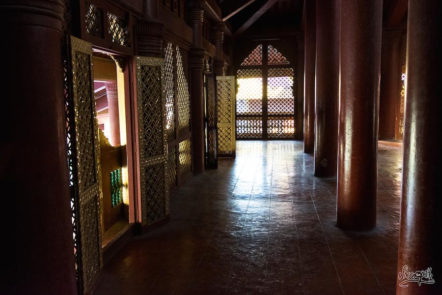 Dans La Pénombre Du Palais Royal De Mandalay