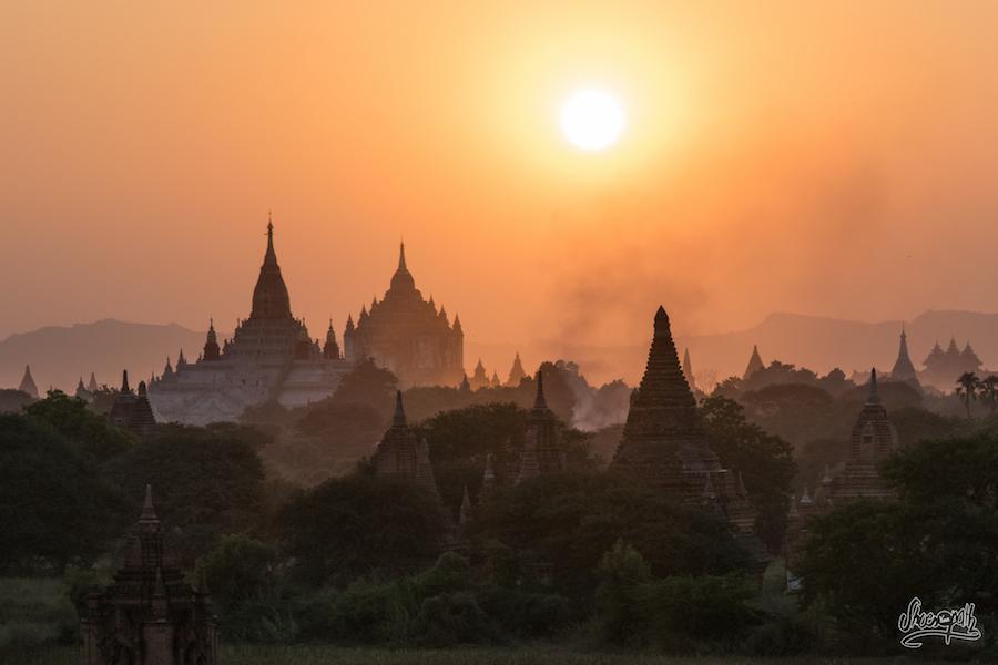 Coucher de soleil a Bagan et couleurs extraordinaires