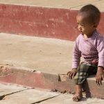 Un Petit Gaçon Dans Un Temple