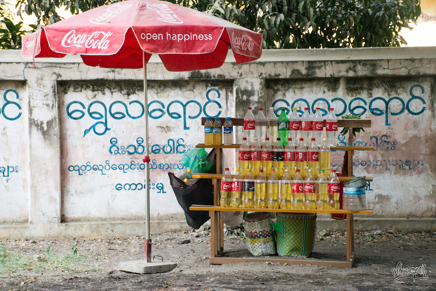 Station essence dans les rues de Bagan