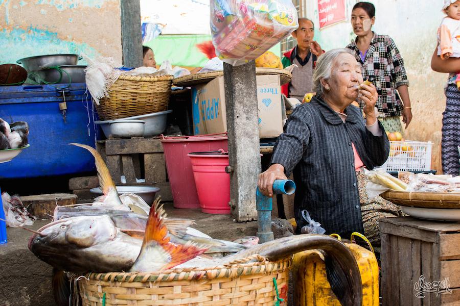 La marchande de poisson géants, fumant un pétard géant